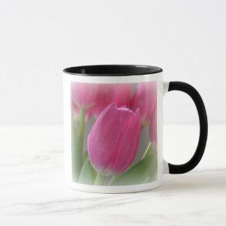 Tasse de café rose de tulipes d'automne