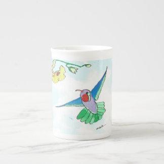 Tasse de colibri de vol de porcelaine tendre