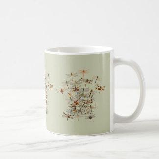 Tasse de libellules de grouillement