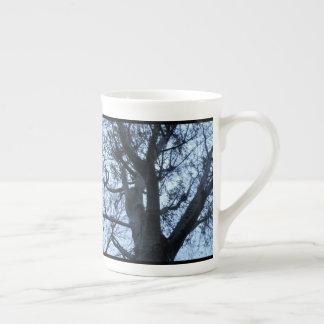 Tasse de photographie de silhouette d'arbre