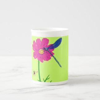 Tasse de porcelaine tendre avec la libellule