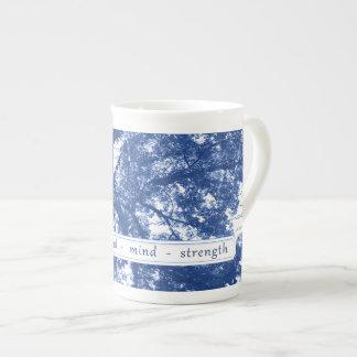 Tasse de porcelaine tendre de force d'esprit d'âme