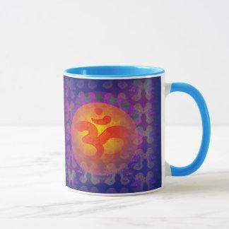 tasse de symbole d'aum de l'OM