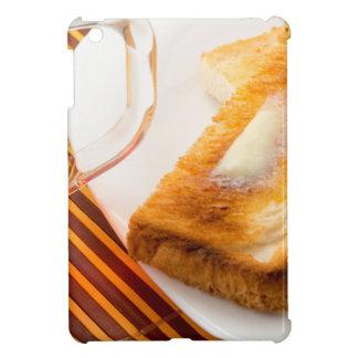 Tasse de thé et de pain grillé chaud avec du coque iPad mini