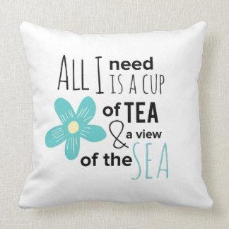 Tasse de thé par le coussin de mer