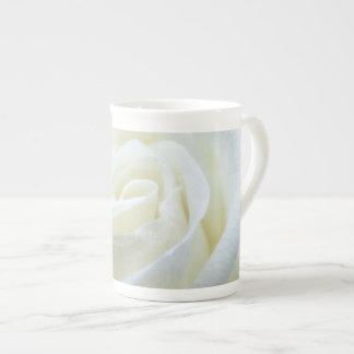 Tasse fine de rose blanc de porcelaine