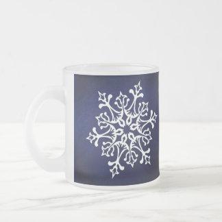 Tasse Givré Flocon de neige blanc sur le bleu