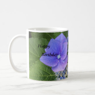 Tasse heureuse d'anniversaire d'hortensias