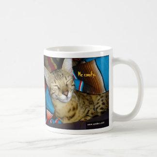 Tasse heureuse de chat de la savane