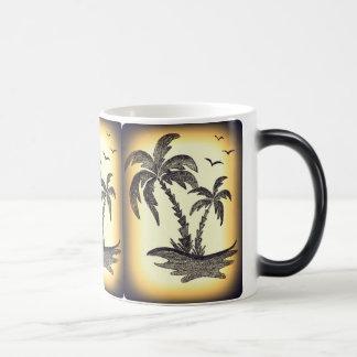 Tasse intérieure de blanc avec des palmiers