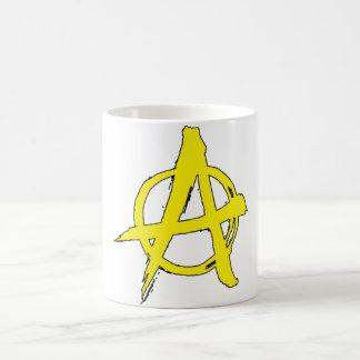 tasse jaune de symbole d'anarchie