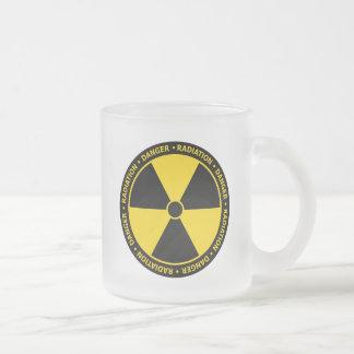 Tasse jaune de symbole de rayonnement