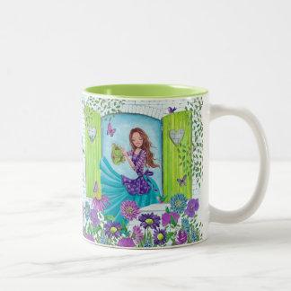 Tasse mignonne de la fille   de jardin de fleurs