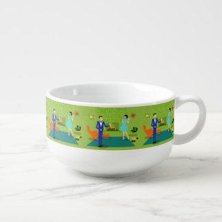 Tasse moderne de soupe à couples de la moitié du