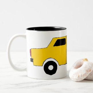 Tasse, petite voiture douce dans jaune tasse 2 couleurs