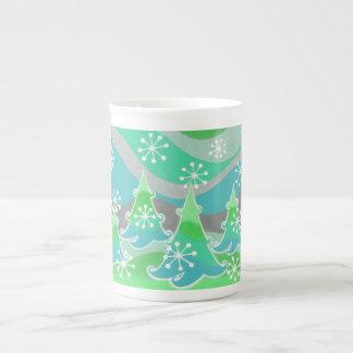 Tasse verte de porcelaine tendre d'arbres d'hiver
