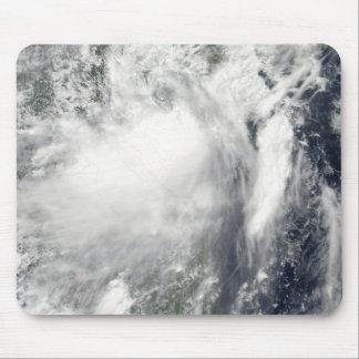 Tempête tropicale Conson approchant le Vietnam Tapis De Souris