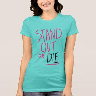 Tenez le T-shirt des femmes