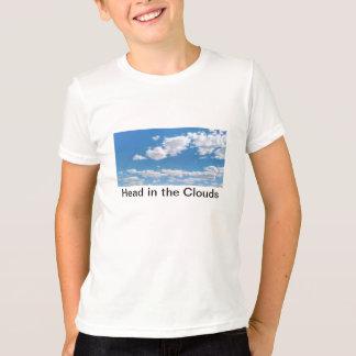 Tête dans le T-shirt de nuages