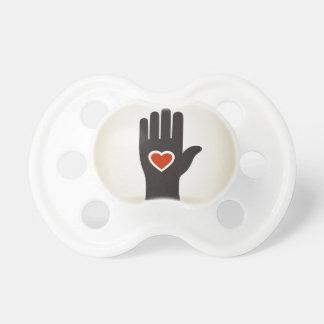 Tétine Coeur dans une main