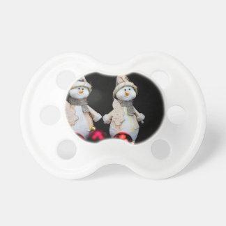 Tétine Deux figurines de bonhommes de neige avec les