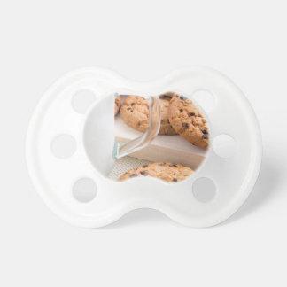 Tétine Tasse en verre avec des biscuits de lait et de