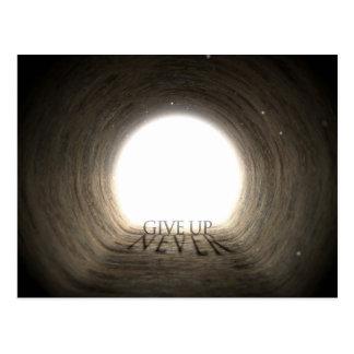 Texte de tunnel et concept d'ombre - n'abandonnez carte postale