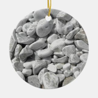 Texture des cailloux d'un rivage de plage ornement rond en céramique