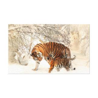 Tigre et petit animal dans la neige toile