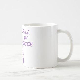 Tirez mon rétro pourpre de femme au foyer de doigt mug