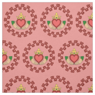 Tissu Claddagh et Knotwork rouge sur le rose
