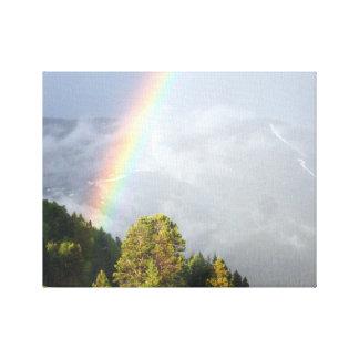 Toile Arc-en-ciel au-dessus de sommet de montagne du