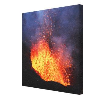 Toile Éruption du volcan actif : écoulement de lave