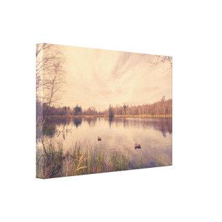 Toile Lac idyllique avec des canards d'attrait