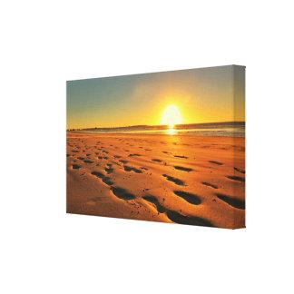 Toile Le beau coucher du soleil de plage a étiré la