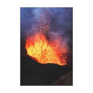 Toile Paysage de volcan : lave chaude éclatant du