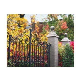 Toile Porte colorée avec le feuille et les arbres sur la