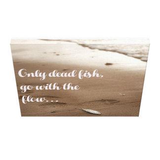 Toile Seulement les poissons morts vont de pair avec la