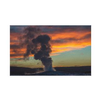 Toile Vieux geyser fidèle au coucher du soleil en parc