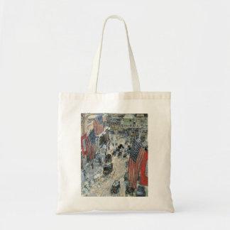 Tote Bag Drapeaux sur la cinquante-septième rue par Childe