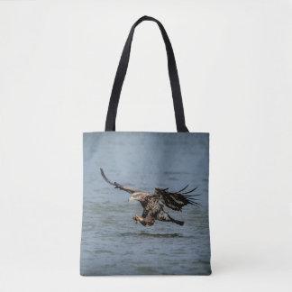 Tote Bag Eagle chauve non mûr plongeant pour un poisson