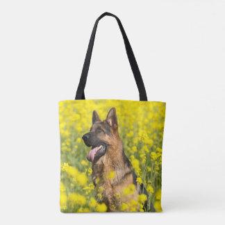 Tote Bag Le berger allemand dans le domaine du jaune