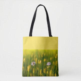 Tote Bag Une abeille sur les fleurs sauvages de ressort