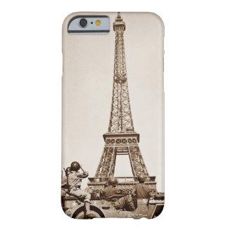 Tour Eiffel vintage à Paris a regardé par des Coque Barely There iPhone 6
