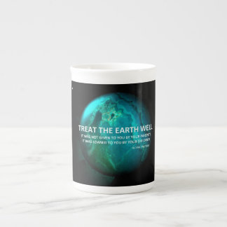 Traitez la tasse de puits de la terre