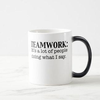 Travail d'équipe beaucoup de faire de personnes ce mug magique