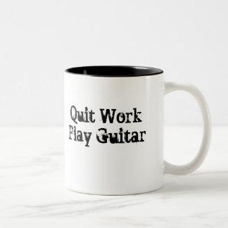 Travail stoppé, tasse de café de guitare de jeu