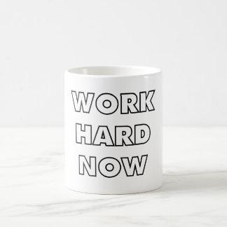 Travailler dur maintenant mug