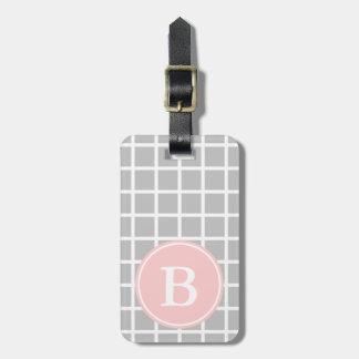 Trellis blanc sur le gris de cendre avec le étiquette à bagage