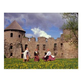 Trois jeunes femmes dans des vêtements carte postale
